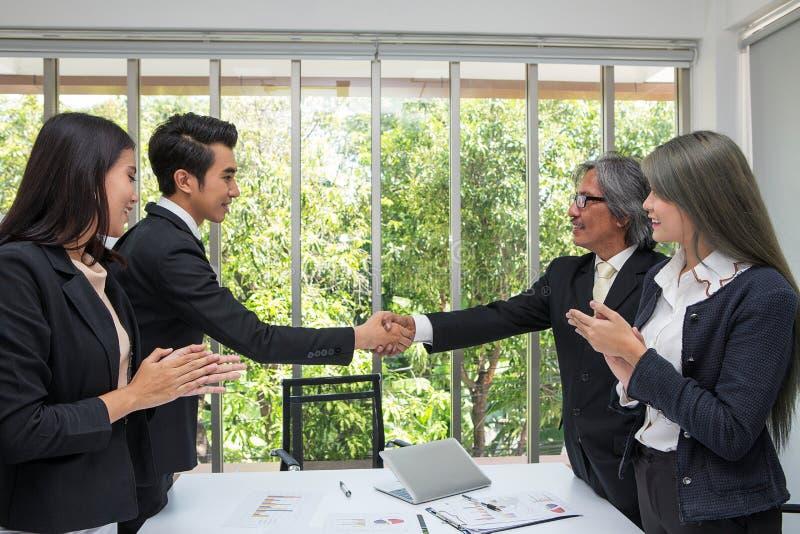 handskakning Affärsbundsförvant som i regeringsställning skakar händer Busin två arkivfoto