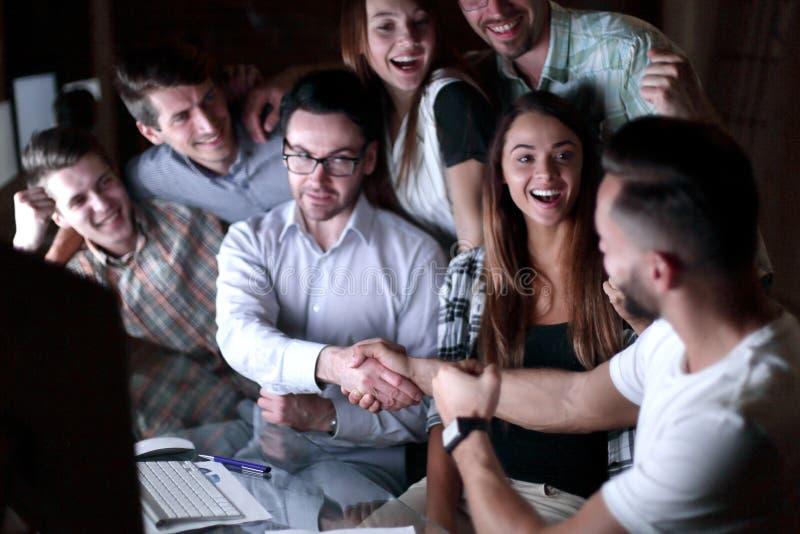 Handskakning av affärsfolk i cirkeln av kollegor arkivfoton