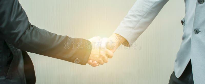 Handskakning av affärsmännen för att handla för affär royaltyfri foto