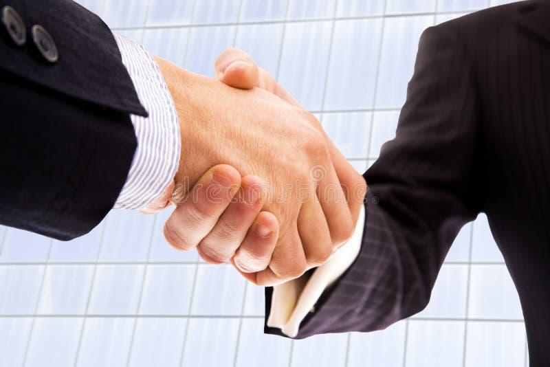 Handskakning av affärspartnern arkivbild