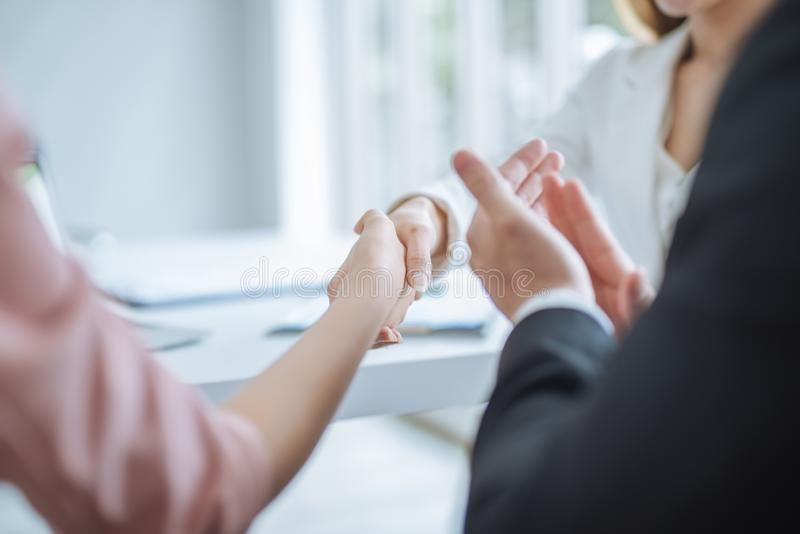 Handskakning av aff?ren affärskvinna som i regeringsställning skakar händer Affärsfolk som applåderar deras händer, lyckönskan oc royaltyfri fotografi