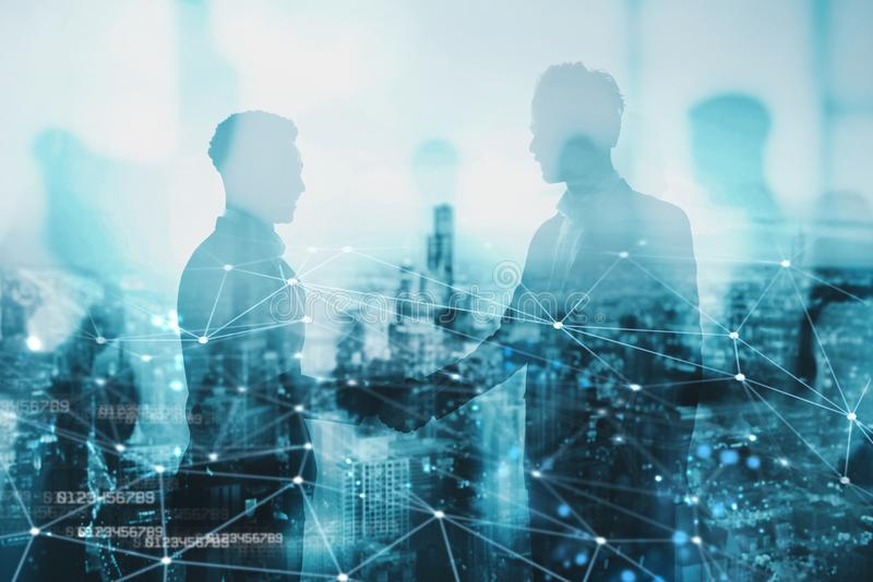Handskakning av businessperson två i regeringsställning med nätverkseffekt Begrepp av partnerskap och teamwork royaltyfri foto