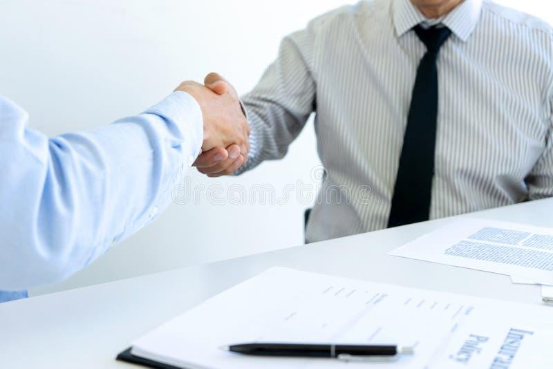 handskakning av fastighetsmäklaren och kunder, i möte arkivfoto
