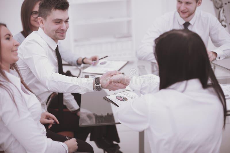 Handskakning av finansiella partners på ett affärsmöte i kontoret arkivfoto