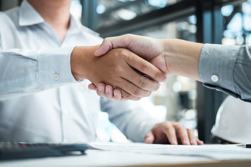 Handskakning av samarbete, konstruktionsteknik eller arkitekten att diskutera en ritning och en byggande modell, medan kontroller royaltyfria foton