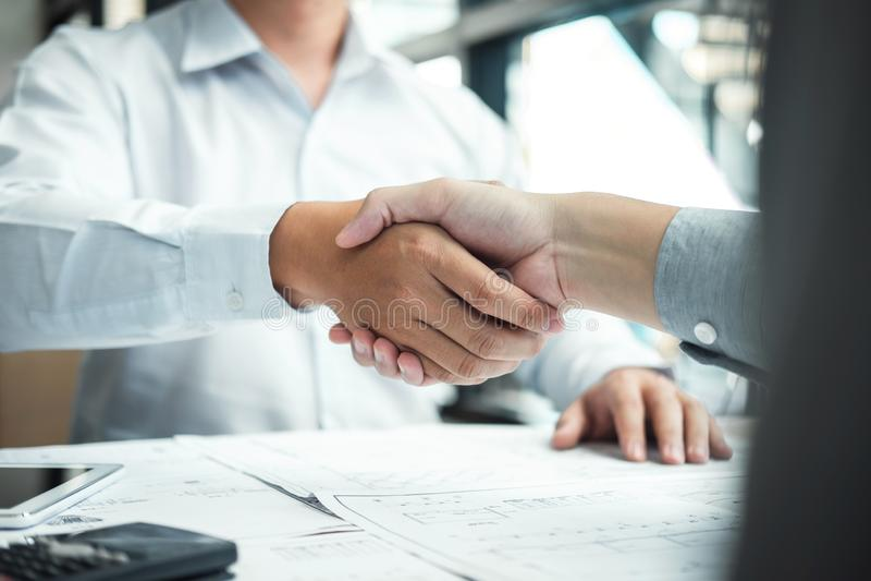 Handskakning av samarbete, konstruktionsteknik eller arkitekten att diskutera en ritning och en byggande modell, medan kontroller fotografering för bildbyråer
