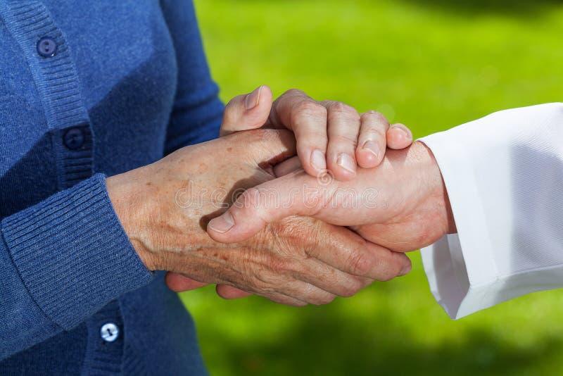 Handskakning closeup royaltyfria foton