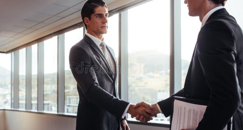 Handskakning efter en affärsöverenskommelse royaltyfri bild