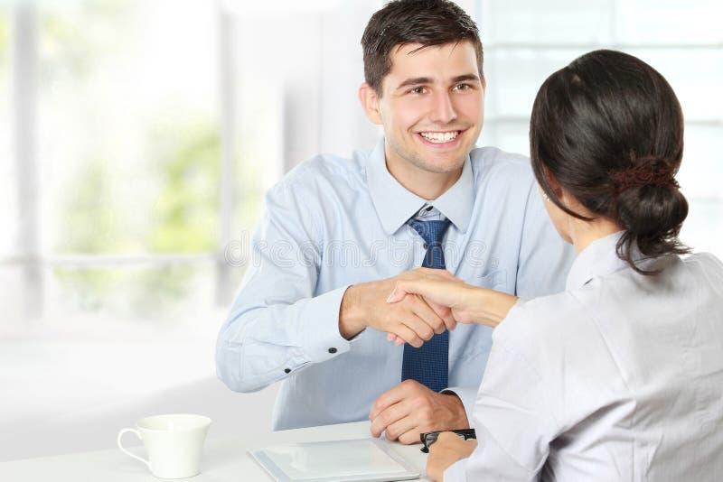 Handskakning efter en jobbrekryteringintervju arkivbild