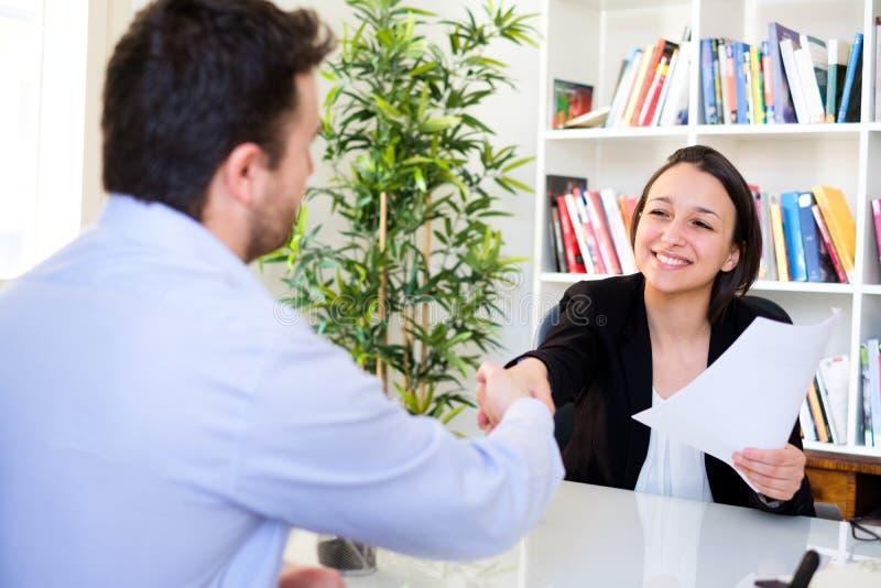 Handskakning efter lyckad jobbintervju och CV royaltyfri fotografi