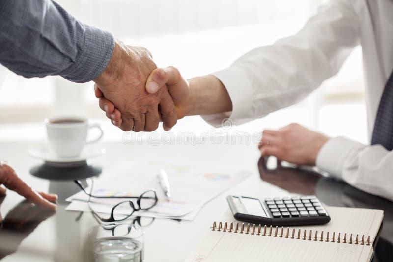 Handskakning för affärsfolk royaltyfria foton