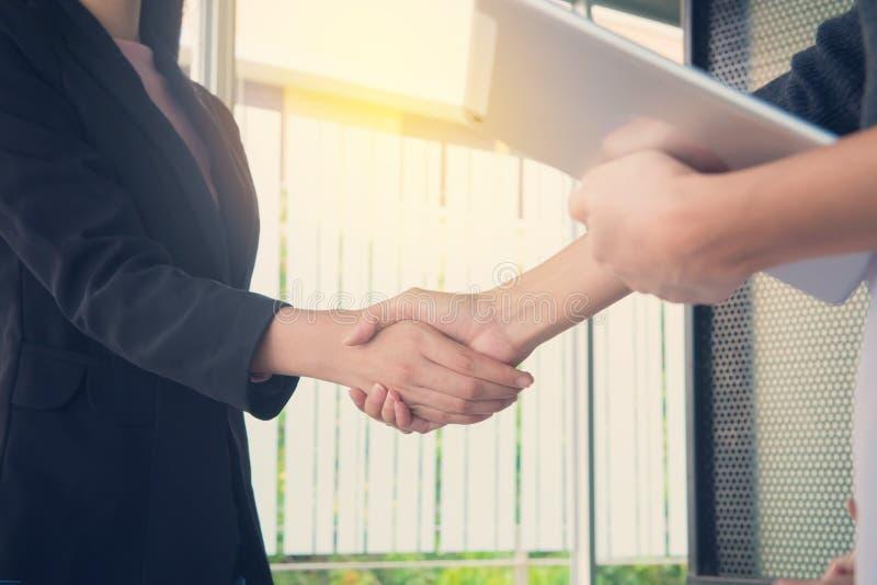 Handskakning för affärsfolk på mötet eller förhandling i det offic arkivbilder