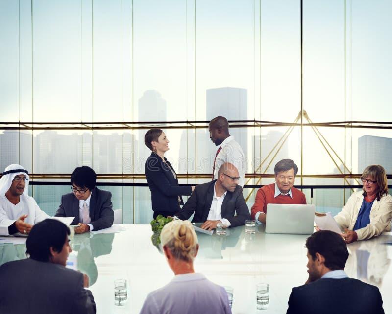Handskakning för affärsfolk som möter det företags kontoret som arbetar Conce arkivbild