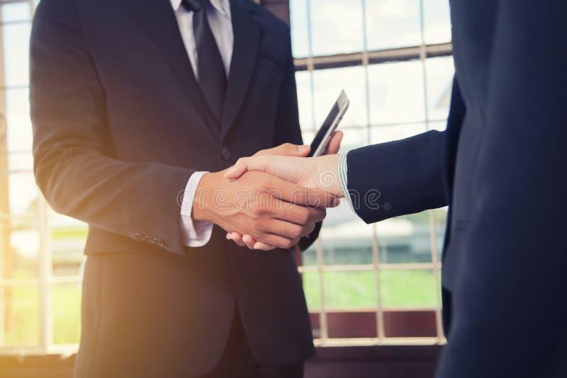 Handskakning för affärsfolk som ska bli partner med Begrepp av överenskommelse arkivfoto