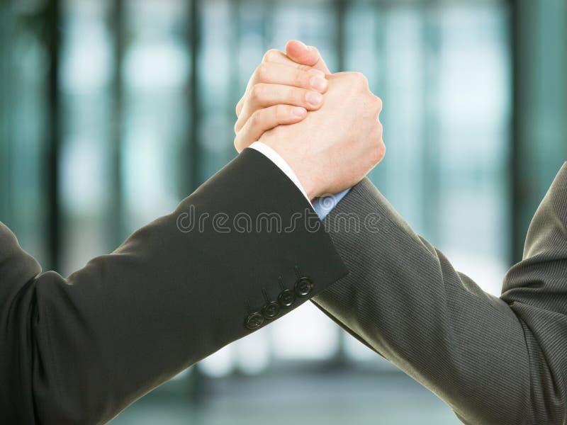 Handskakning för två affärsman och framgångbegrepp royaltyfri foto