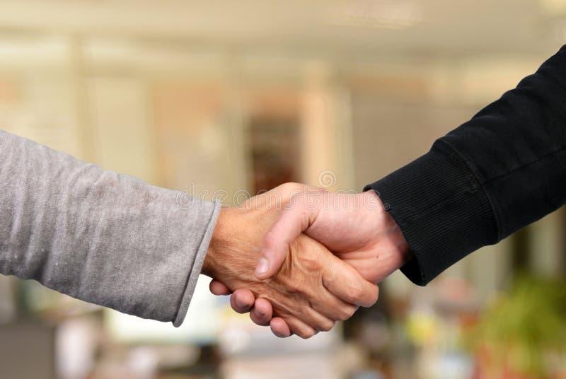 Handskakning i slut upp royaltyfria bilder