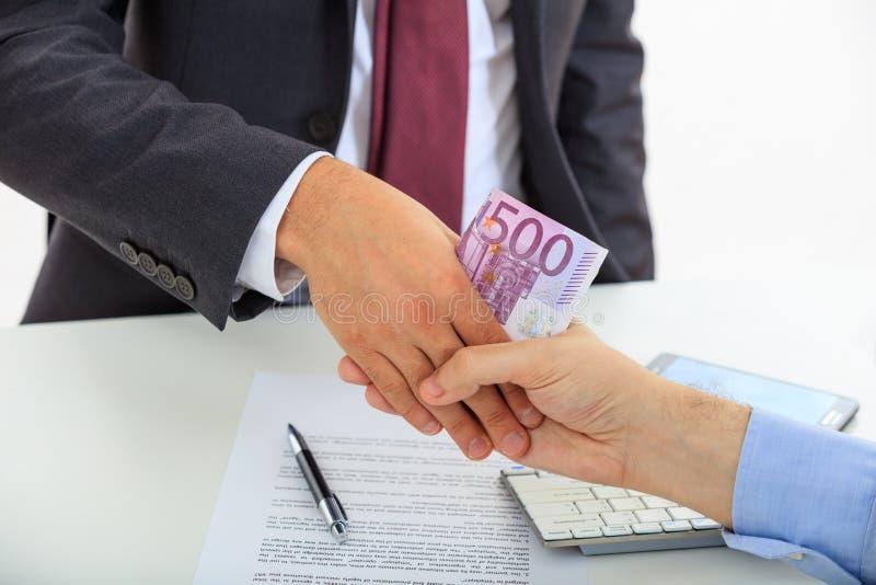 Handskakning med pengar arkivfoto