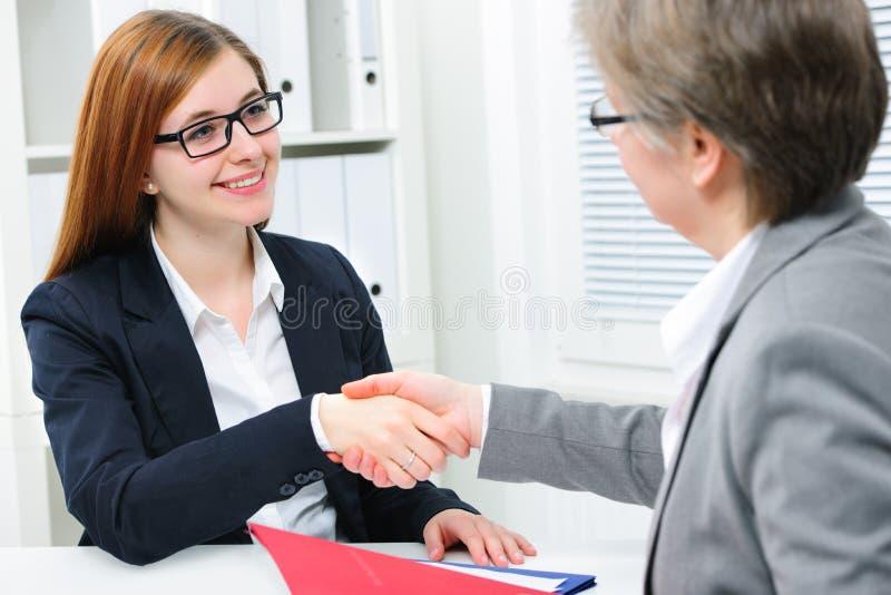 Handskakning medan intervjua för jobb arkivfoton