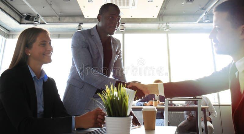 Handskakning medan intervjua för jobb arkivbilder
