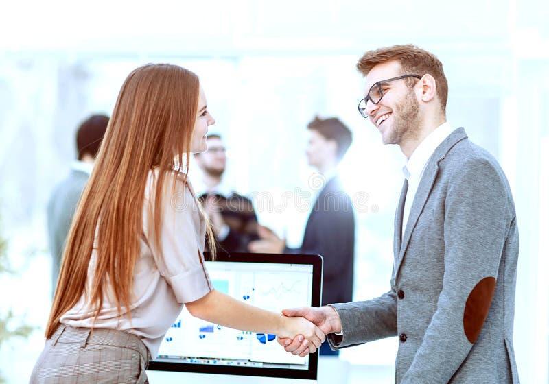 handskakning mellan advokaten och klienten, n?r att ha granskat investeringsplanen f?r utveckling av f?retaget royaltyfri fotografi