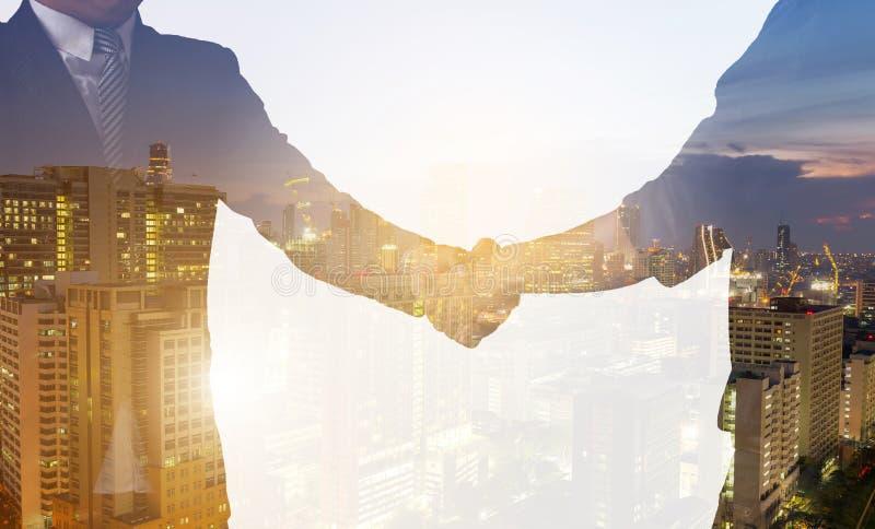 Handskakningaffärsavtal som är färdigt, eller framgång med partnern arkivfoto
