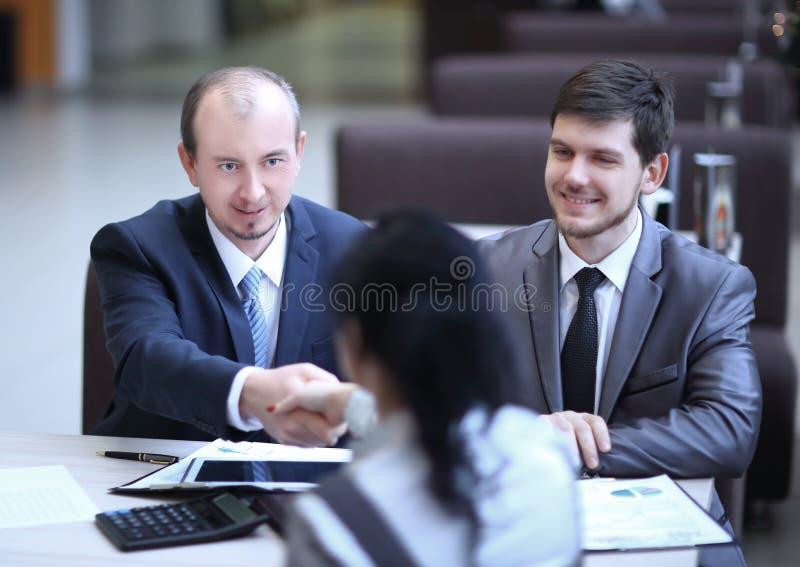 Handskakningchef och kund i ett modernt kontor royaltyfria bilder