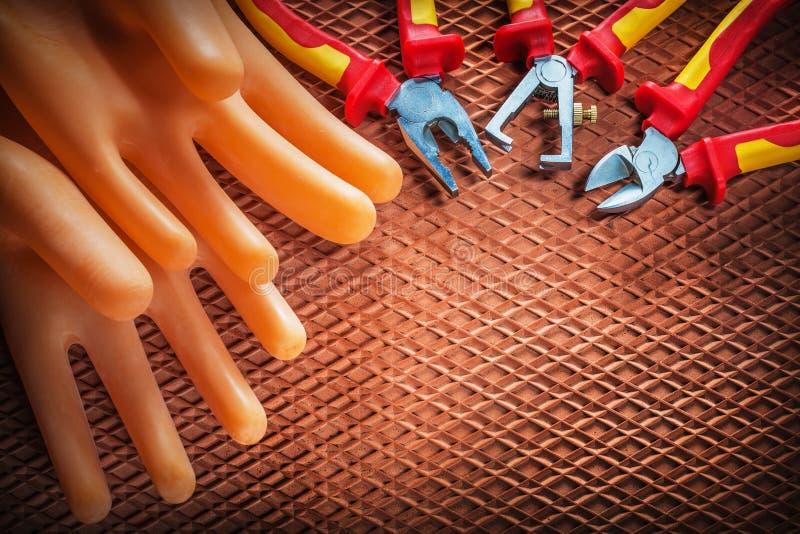 Handskar för elektriker för plattång för skärare för isoleringstrådstrippor på D royaltyfri foto