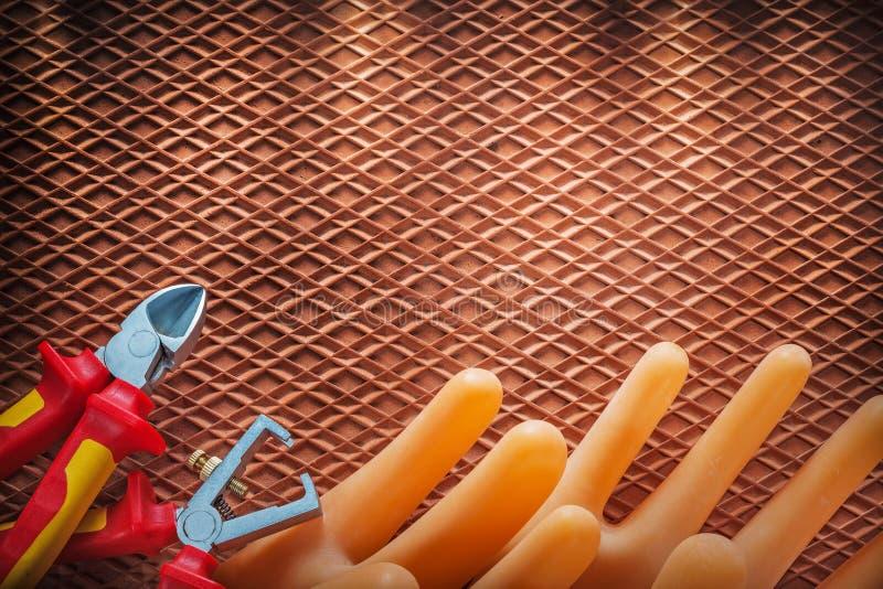 Handskar för elektriker för skärare för isoleringstrådstrippor på dielectr arkivbilder