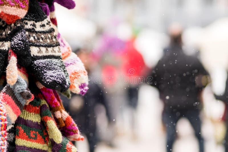 Handskar på skärm på en snöig dag i stad övervintrar biljettpris Jul arkivbilder
