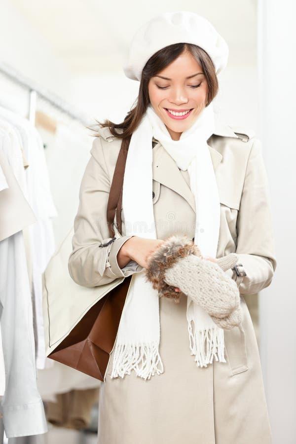 handskar som shoppar den försökande vinterkvinnan royaltyfri bild