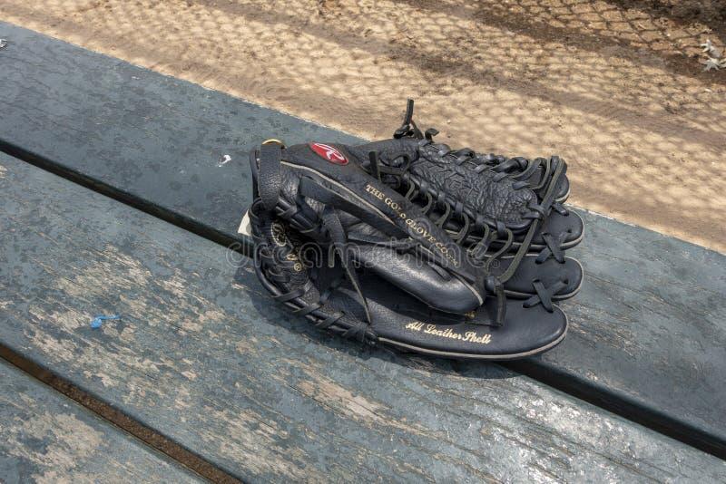 Handske för svartläderbaseball på rollbesättningen för bänksmetstaket royaltyfria bilder