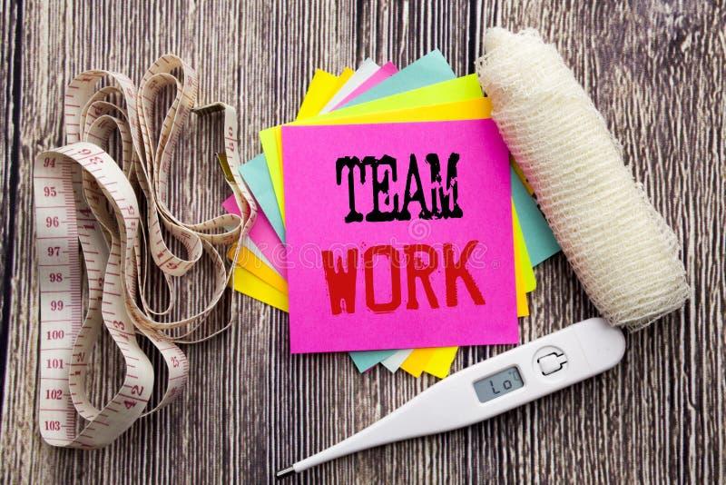 Handskriftmeddelandetext Team Work Vård- begrepp för affärskondition för den tomma skriftliga klibbiga anmärkningen för teamworkf royaltyfria bilder