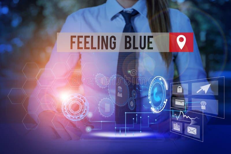 Handskriftstext känns blå Begreppet 'känsla av desperation' på grund av sorg eller att någon av kvinnorna saknar kläder royaltyfri foto