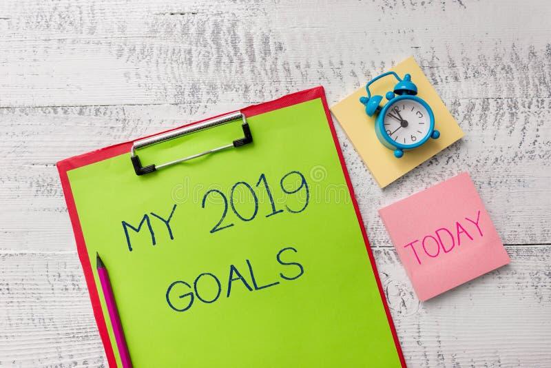 Handskrifttext mina 2019 mål Begreppsbetydelseinställning - upp demonstratingal mål eller plan för metallen för aktuellt år royaltyfria bilder