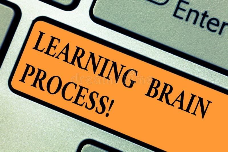 Handskrifttext som lär Brain Process Begrepp som betyder få ny eller ändrande existerande kunskapstangentbordtangent fotografering för bildbyråer