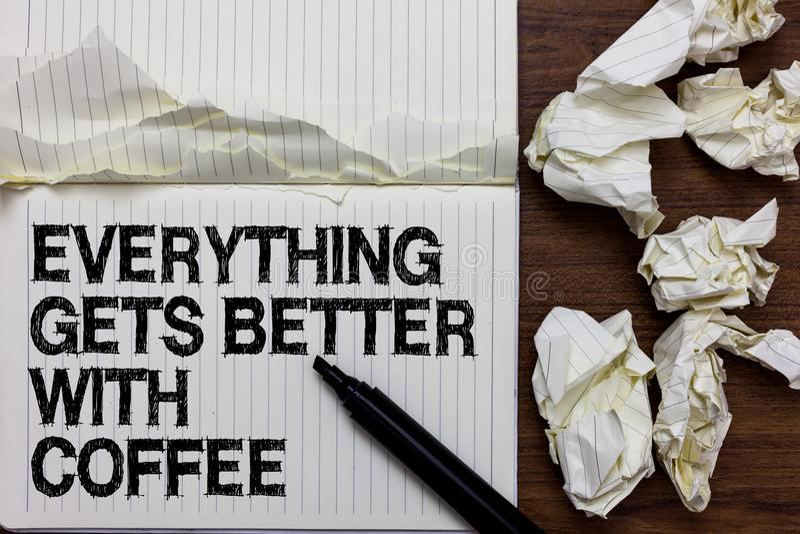 Handskrifttext som skriver allt, får bättre med kaffe Begreppsbetydelsen har en varm drink, när den har problemmarkören över inte royaltyfri bild