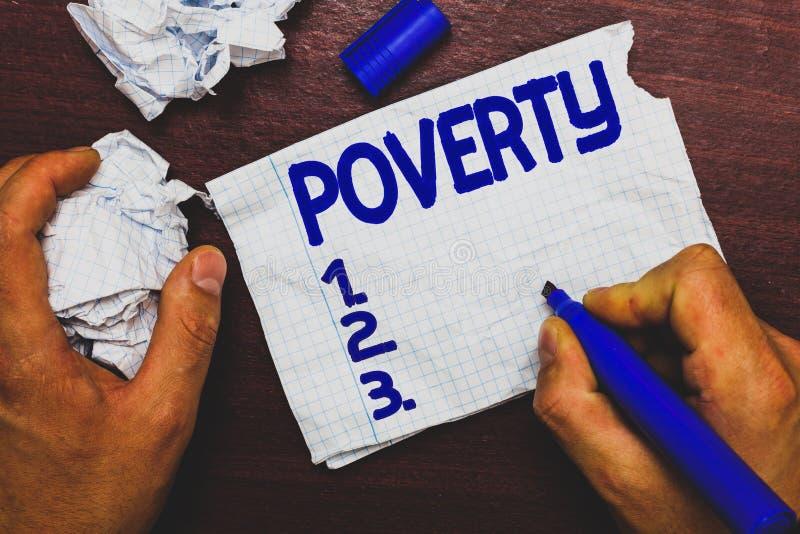 Handskrifttext som skriver armod Begreppsbetydelsetillstånd av att vara extremt fattig hemlös i behov inte nog pengarman arkivbild