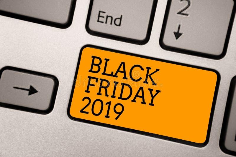 Handskrifttext som skriver Black Friday 2019 Den menande dagen för begreppet som följer arbetar tacksägelserabatter som shoppar d royaltyfri fotografi