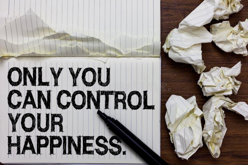Handskrifttext som skriver dig endast, kan kontrollera din lycka Begrepp som betyder den personliga Själv-motivation inspirationm fotografering för bildbyråer