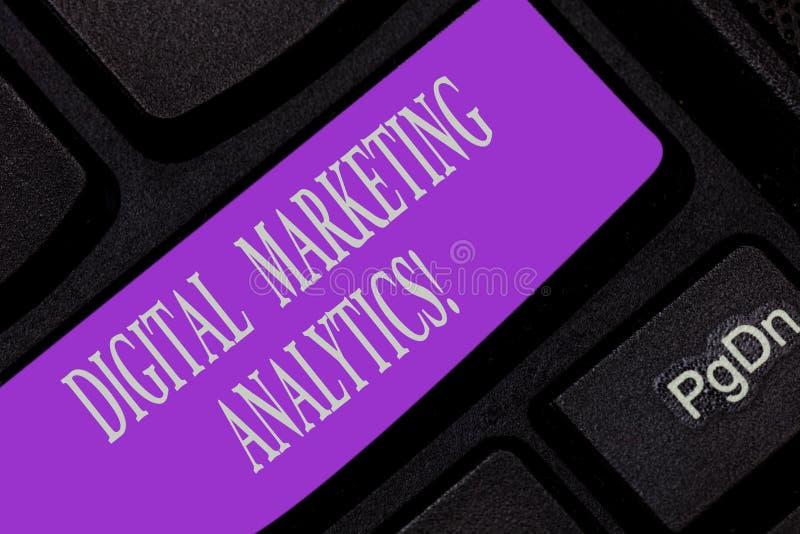 Handskrifttext som skriver Digital som marknadsför Analytics Metrik för affär för begreppsbetydelsemått som trafik och blytak royaltyfria foton