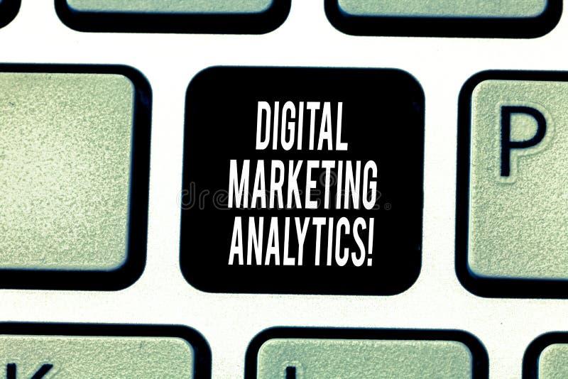 Handskrifttext som skriver Digital som marknadsför Analytics Metrik för affär för begreppsbetydelsemått som trafik och blytak arkivfoto
