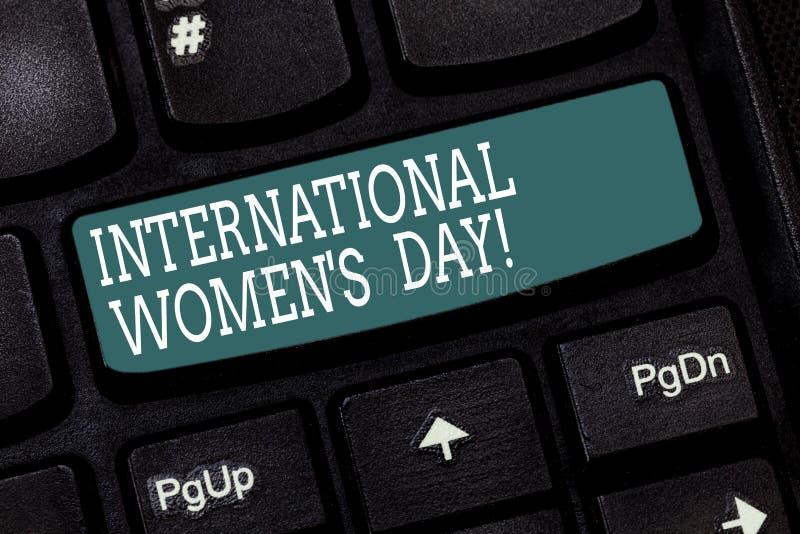 Handskrifttext som skriver internationella kvinnor s-dag Internationell beröm för begreppsbetydelse för kvinnors prestation royaltyfria foton