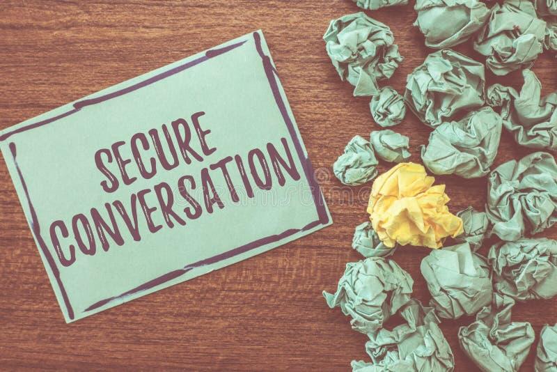 Handskrifttext som skriver säker konversation Den säkrade begreppsbetydelsen kodade kommunikation mellan rengöringsdukservice royaltyfri foto
