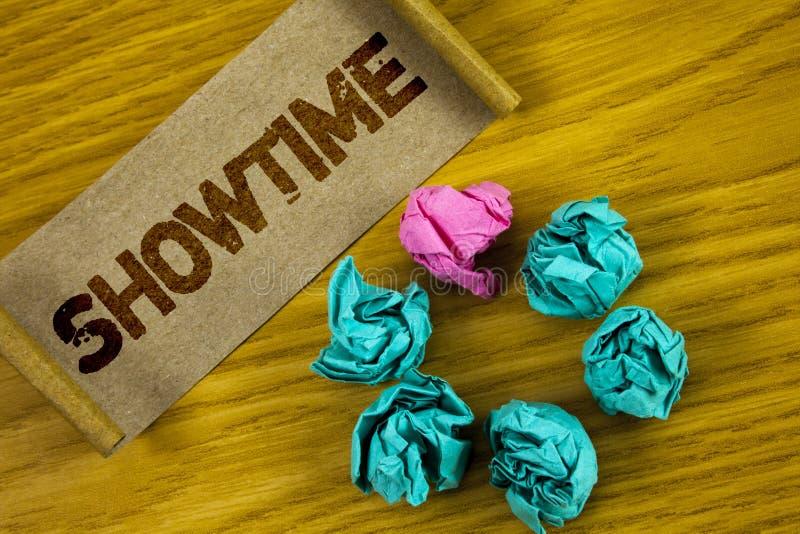 Handskrifttext som skriver Showtime Begreppet menande Tid en händelse för kapacitet för lekfilmkonsert är planlagt att starta skr royaltyfri illustrationer