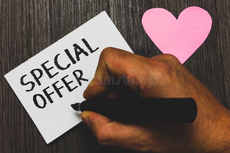 Handskrifttext som skriver specialt erbjudande Begreppsbetydelse som säljer på ett lägre eller avfärdat prisfynd med hållen för f royaltyfri bild