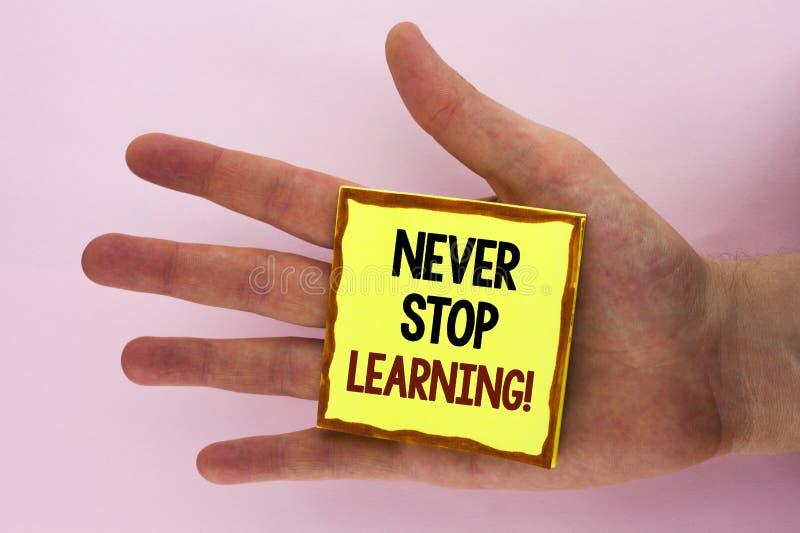 Handskrifttext som skriver stoppar aldrig, att lära Motivational appell Begreppsbetydelseuppehället som utbildar sig, förbättrar  royaltyfri bild
