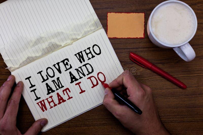 Handskrifttexthandstil älskar jag vem jag är och vad jag gör Begrepp som betyder höga själv-stammen som den är bekväm med din kli royaltyfri foto