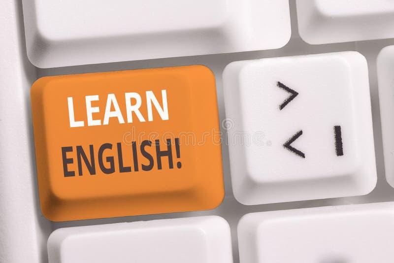 Handskrifttexthandstil l?r engelska Begrepp som betyder att vinna för att få kunskap i nytt språk vid den vita PC:n för studie royaltyfri fotografi