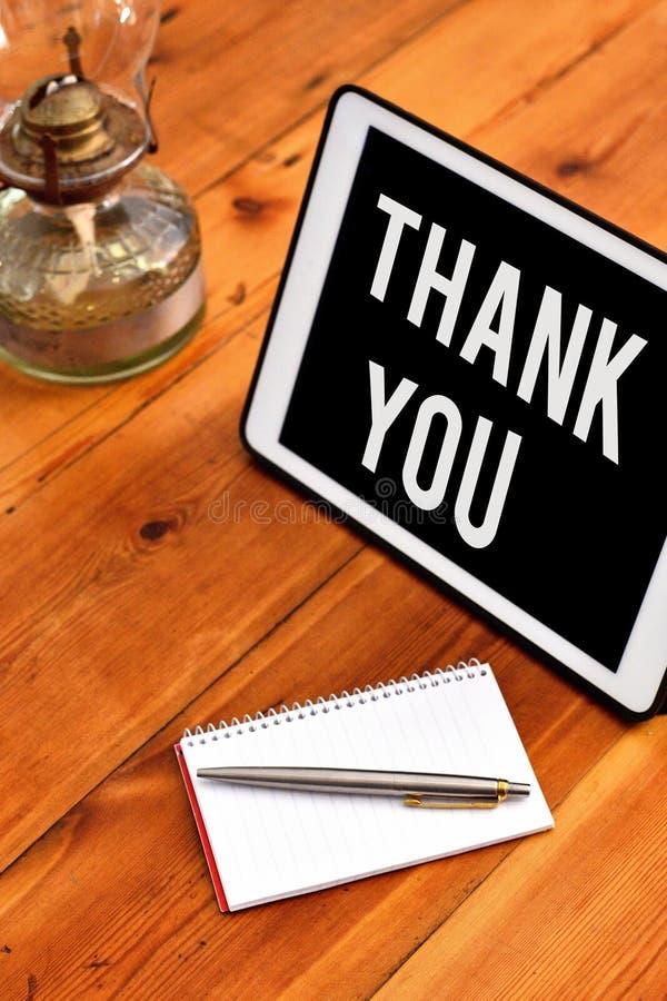Handskrifttexthandstil tackar dig Begrepp som betyder ett använt artigt uttryck, när bekräfta en gåva eller en service royaltyfri bild