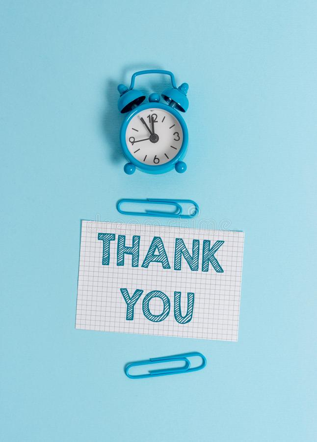 Handskrifttexthandstil tackar dig Begrepp som betyder ett använt artigt uttryck, när bekräfta en gåva eller ett servicelarm royaltyfri bild